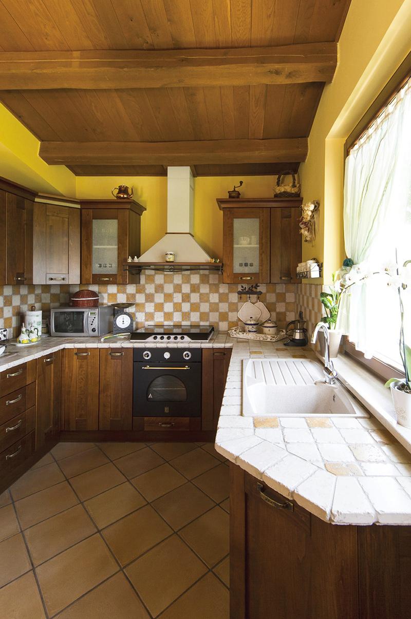 Copertura con travi e tavolato in rovere, rivestimento top cucina con tozzetti di marmo anticato I Sassi di Assisi